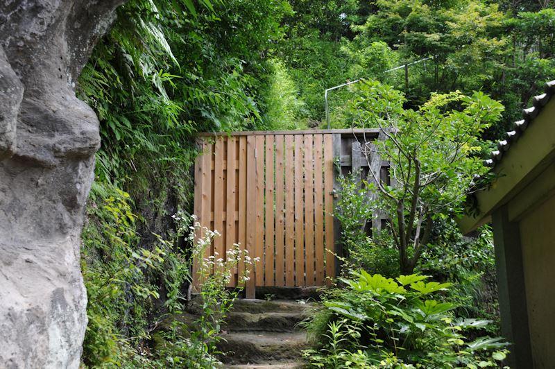 裏山へ続く木戸