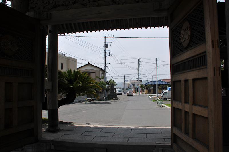 総門から材木座海岸の方向
