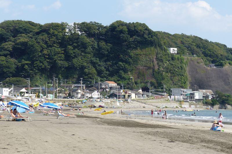 海岸の人手は少なく静かな海です