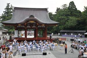 八幡宮「ぼんぼり祭り」海自演奏