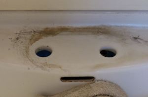 洗面台の回りが汚れています