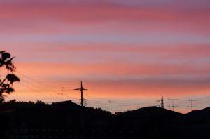 帯状の雲が夕日に赤く染まっています
