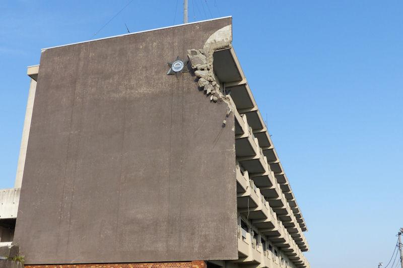 船が当たり4階部分の校舎が壊れています