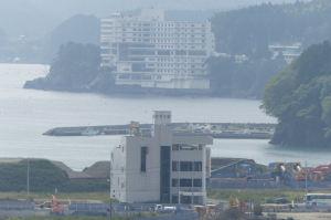 4階建ての高野会館、その先はホテル観洋