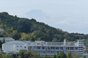 北鎌倉女子学園高校の先には富士山が