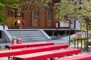 赤い敷物が敷かれた休憩所がみえています