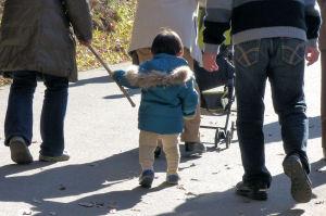 小さな子が杖に摑まりながら