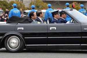 黒岩神奈川県知事の車も続きます