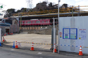 京急線擁壁工事中