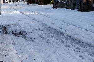 道路は一面雪に覆われています