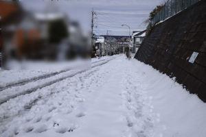 歩道には雪がたくさん残っています