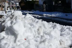 雪が山のように残っています