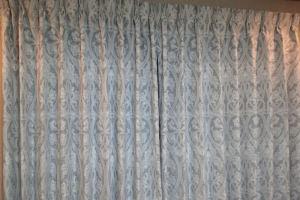 新しくしたカーテンとラグマット