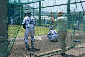 投球練習をみる山下GM補佐