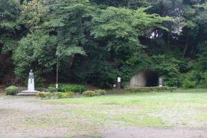 北条實時公の像と金沢文庫へのトンネル