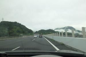 山には朝霧のような雲が