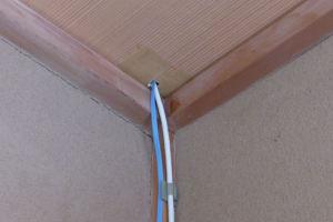 ケーブルは天井裏へ