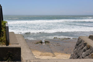 岩場のすぐ下まで波が打ち寄せ