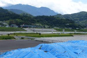 富士川を跨ぐ新しい橋の工事が行われています