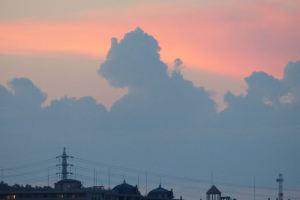 夕焼けと「ゴジラ雲」