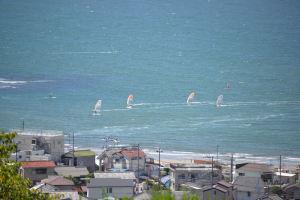 ウインドサーフィンが波上を走る様子