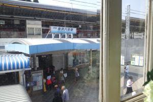 2階の窓ガラス越しに八景駅前を撮影