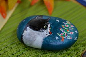ツリーが描かれた「石猫」