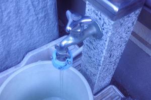 立水栓の蛇口を少しひねると
