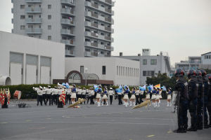 アトラクションは県警音楽隊のドリル演技