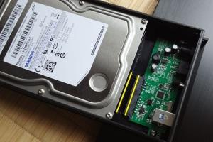 HDDをケース内へ