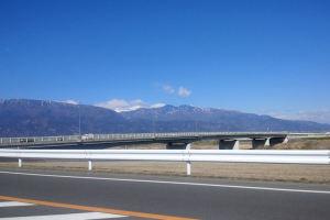「桃林橋」の先には雪が残った山々が