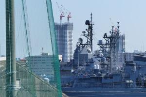 艦船の先にみえる「ザタワー横須賀中央」