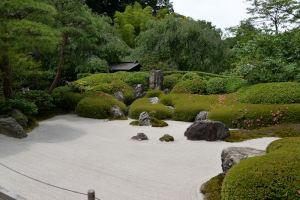 本堂前枯山水の庭園