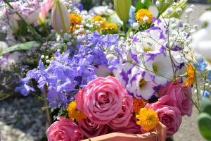 ひばりさん二十七回忌、墓前の献花