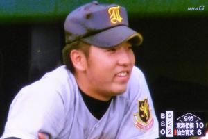 仙台育英ベンチの佐藤投手