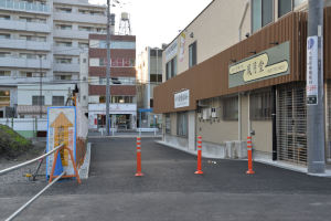 仮店舗前の歩道