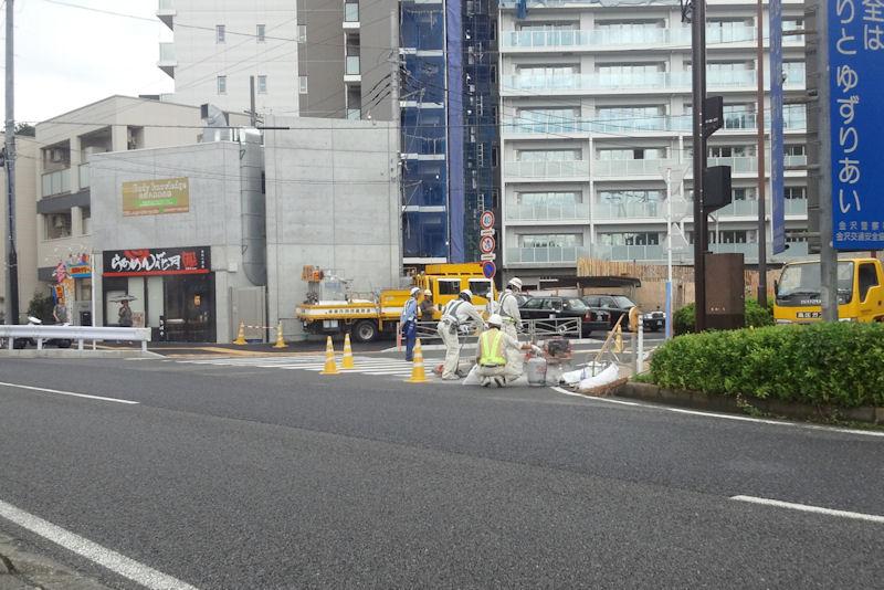 瀬戸神社前歩道の白線を補修