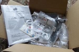 水栓とカウンター穴径変換アダプターと工具が箱に入り
