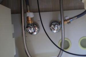 古い止水栓を外し新しい止水栓を取り付け