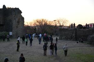 初日の出を終えた展望台からの人々