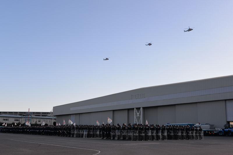 県警航空隊ヘリ3機が飛来