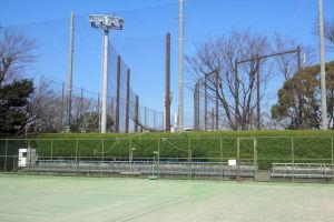 北側には駐車場と横須賀スタジアム