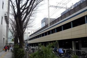 左はヨドバシカメラ川崎店