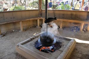 大きな薪を焼べて