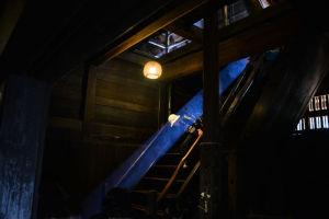 2階の窓から入り込む幻想的な光の帯
