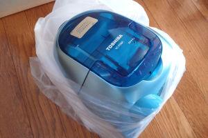 コンパクトボディの紙パック式掃除機