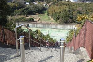 遊水地も兼ねている場所にテニスコートはあるので