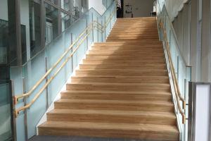 2階への階段には木材が