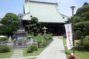 銅瓦葺きの屋根の本堂