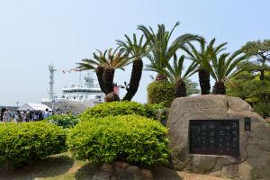 歌碑と海底研究船「かいめい」